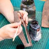Rzemieślnik tonuje krawędzie rzeźbiąca rzemienna rzecz zdjęcia royalty free