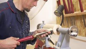 Rzemieślnik w workwear pracuje z przędzalnianym joinery używać handtool w ciesielka warsztacie zdjęcie wideo