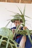 Rzemieślnik wyplata palmowego liść dla robić kapeluszowi Zdjęcie Stock