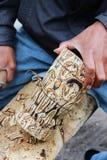 Rzemieślnika cieśla pracuje z drewnianą paprocią. obrazy royalty free