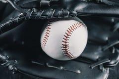 Rzemienna baseball rękawiczka i biała piłka obrazy royalty free