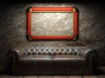 Rzemienna kanapa i rama w ciemnym pokoju Zdjęcie Stock