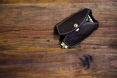 Rzemienna kluczowa skrzynka z kluczami na drewnianym tle Być może Keychain Kluczowa skrzynka w postaci kamizelki Fotografia Royalty Free
