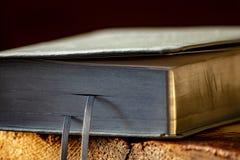 Rzemienna modlitewna książka z srebnymi stronami obrazy royalty free