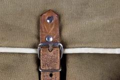 Rzemienna patka i klamra na Starej Brezentowej Gemowej torbie zdjęcie royalty free