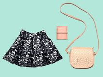 Rzemienna torba i kiesa, spódnica na pastelowym błękitnym tle, minimalizm obraz royalty free