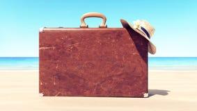 Rzemienna walizka na plaży, podróży tło zdjęcie stock