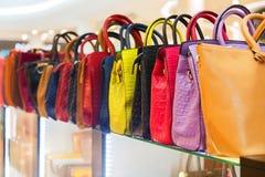 Rzemienne torby w sklepowym czekaniu dla klientów obraz stock