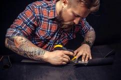 Rzemiennego producenta rżnięta skóra z oszczędnościowym nożem Fotografia Royalty Free