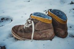 Rzemienni buty samotni opuszczali w śniegu obraz royalty free
