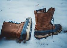 Rzemienni buty samotni opuszczali w śniegu obrazy royalty free