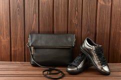 Rzemienni górni kruszcowi kobieta buty, czarna rzemienna torba na bro i Fotografia Royalty Free