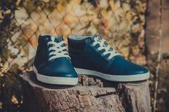 Rzemienni mężczyzna sneakers, błękitni sneakers Zdjęcie Stock