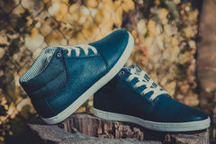 Rzemienni mężczyzna sneakers, błękitni sneakers Fotografia Royalty Free
