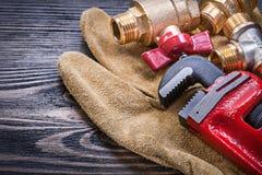 Rzemienni zbawczy rękawiczki małpiego wyrwania instalaci wodnokanalizacyjnej mosiężni włączniki dalej obraz stock