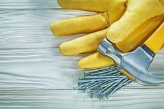 Rzemienni zbawczy rękawiczkowi pazura młota budowy gwoździe na drewnianym bo fotografia stock