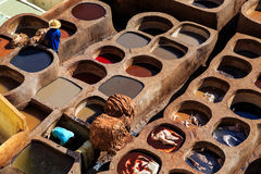 Rzemienny konanie w tradycyjnej garbarni w Fes, Maroko Obraz Royalty Free