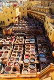 Rzemienny konanie w tradycyjnej garbarni w Fes, Maroko Zdjęcia Stock