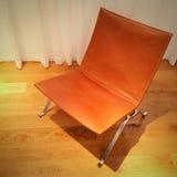 Rzemienny krzesło na drewnianej podłoga Zdjęcia Stock
