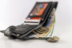 Rzemienny mężczyzna ` s otwarty portfel z euro banknotów rachunkami, monetami i c, Zdjęcie Stock