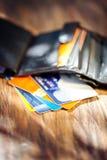 Rzemienny mężczyzna ` s otwarty portfel z kredytowymi kartami Fotografia Stock