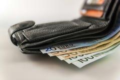 Rzemienny men& x27; s otwarty portfel z euro banknotów rachunkami, monetami i c, Zdjęcia Stock