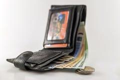 Rzemienny men& x27; s otwarty portfel z euro banknotów rachunkami, monetami i c, Obrazy Stock