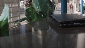 Rzemienny portfel na stole kawiarnia zbiory