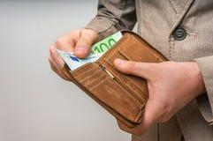 Rzemienny portfel z euro pieniądze w męskich rękach Zdjęcia Stock