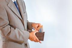 Rzemienny portfel z pieniądze w biznesowego mężczyzna rękach zdjęcie stock