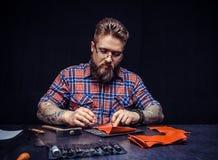 Rzemienny rzemieślnik pracuje robić produktowi przy stołem Zdjęcie Stock