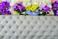 Rzemienny tapicerowania i kwiatów tło obraz stock