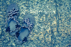 Rzemiennych butów kobieta na natura kamienia podłoga Zdjęcia Royalty Free
