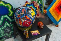 Rzemiosła Huichol mozaika koraliki Ikrustowana piłki nożnej piłka z portretami gracze futbolu Obrazy Royalty Free