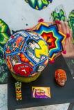 Rzemiosła Huichol mozaika koraliki Ikrustowana piłki nożnej piłka z portretami gracze futbolu Fotografia Stock