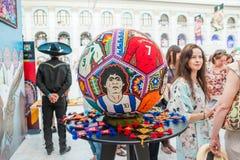 Rzemiosła Huichol mozaika koraliki Ikrustowana piłki nożnej piłka z portretami gracze futbolu Zdjęcia Royalty Free