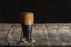 Rzemiosła piwo na drewno stole fotografia stock