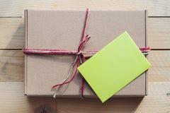 Rzemiosła pudełko z pustą notatką obrazy stock