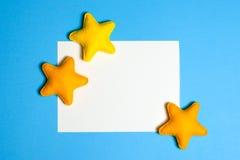 Rzemiosło kolor żółty gra główna rolę w niebieskim niebie z ramą, copyspace Ręcznie robiony filc zabawki niebo abstrakcyjne Obrazy Royalty Free