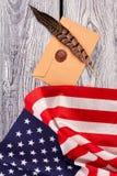 Rzemiosło koperta z znaczkiem i flaga amerykańską Fotografia Royalty Free