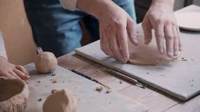 Rzemiosło osoby formierstwa glina w małego warsztata studiu zdjęcie wideo