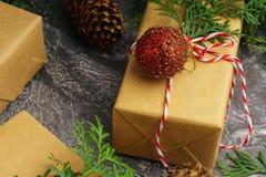 Rzemiosło papier Przedstawia pudełko sznura gałąź Jedlinowych Czerwonych piłek Suchą Pokrojoną Pomarańczową owoc na Betonowym tle obrazy stock
