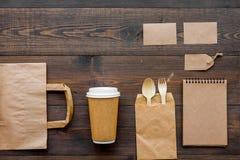 Rzemiosło papierowego koloru set Papierowa torba, rozporządzalny tableware, notatnik na drewnianej tło odgórnego widoku wzoru kop Fotografia Stock