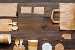 Rzemiosło papierowego koloru set Papierowa torba, rozporządzalny tableware, notatnik na drewnianej tło odgórnego widoku wzoru kop Zdjęcie Royalty Free