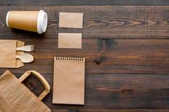 Rzemiosło papierowego koloru set Papierowa torba, rozporządzalny tableware, notatnik na drewnianej tło odgórnego widoku wzoru kop Zdjęcia Stock