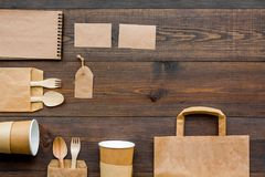 Rzemiosło papierowego koloru set Papierowa torba, rozporządzalny tableware, notatnik na drewnianym tło odgórnego widoku wzoru cop Fotografia Stock
