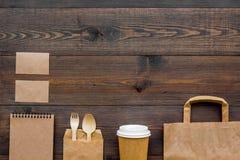 Rzemiosło papierowego koloru set Papierowa torba, rozporządzalny tableware, notatnik na drewnianym tło odgórnego widoku wzoru cop Zdjęcia Stock