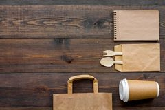 Rzemiosło papierowego koloru set Papierowa torba, rozporządzalny tableware, notatnik na drewnianym tło odgórnego widoku wzoru cop Zdjęcia Royalty Free
