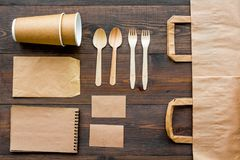 Rzemiosło papierowego koloru set Papierowa torba, rozporządzalny tableware, notatnik na drewnianym tło odgórnego widoku wzorze Obrazy Stock