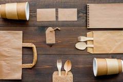 Rzemiosło papierowego koloru set Papierowa torba, rozporządzalny tableware, notatnik na drewnianym tło odgórnego widoku wzorze Zdjęcia Stock